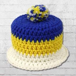 Muttis Strick Mütze für Klorolle auf Hutablage blau gelb weiss