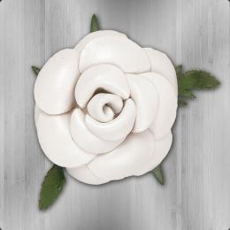 Lederblume Anstecker Rose mit Blättern weiss